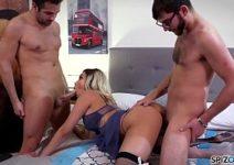 Veronica Avluv fazendo dupla penetração extremo com dois nerds