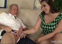 Vídeo de sexo velho comendo a novinha de quatro