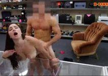 Morena dos peitões grandes em sexo escondido na loja
