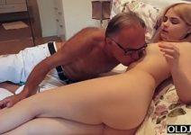 Pai e filha fudendo gostoso no quarto